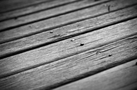 Photo pour Vieux tablier en bois montrant son âge avec des clous de levage - image libre de droit
