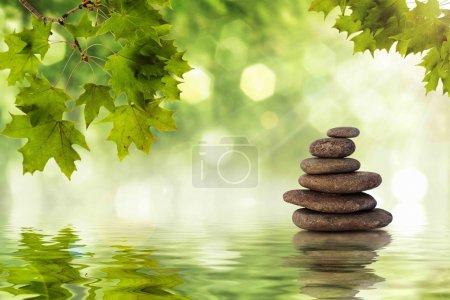 Photo pour Zen les rochers debout dans l'eau avec ondulations - image libre de droit