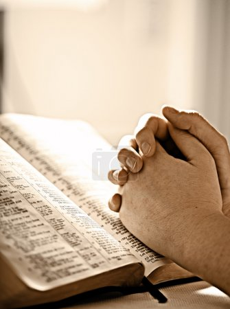 Photo pour Prier pour une bible - image libre de droit