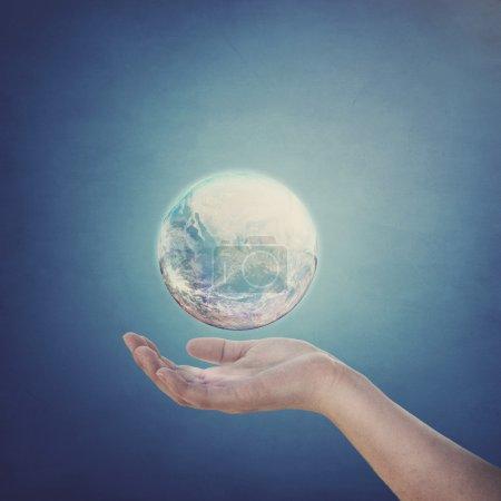 Photo pour Tenant le monde dans vos mains ouvertes. éléments fournis par la nasa. - image libre de droit