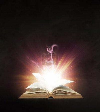 Foto de Libro brillante con luces de colores brillantes. - Imagen libre de derechos