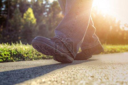 Foto de Cerca de un hombre que caminaba en carretera. - Imagen libre de derechos