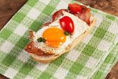 """Постер, картина, фотообои """"Сэндвич с жареным яйцом и беконом"""""""