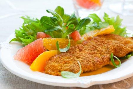 Photo pour Escalope panée de Turquie avec salade d'agrumes - image libre de droit