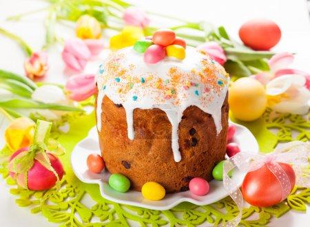 Photo pour Gâteau de Pâques et oeufs sur la table de Pâques festive - image libre de droit
