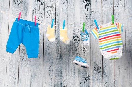 Photo pour Vêtements pour bébés, suspendu à la corde à linge. - image libre de droit