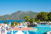 Krásný bazén s výhledem na moře v luxusním hotelu pěti hvězdičkový