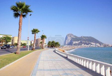 Photo pour Playa de poniente, la linea de la concepcion, costa del sol, Espagne - image libre de droit