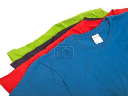 Photo pour Quatre t-shirts colorés isolés sur fond blanc - image libre de droit