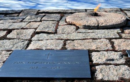 Photo pour La flamme éternelle au cimetière John F. Kennedy - image libre de droit