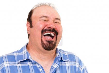 Photo pour Grand homme ayant un rire copieux de plaisir et de gaieté avec sa tête jetée en arrière et les yeux fermés, isolé sur blanc - image libre de droit