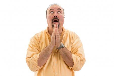 Photo pour Homme d'âge moyen priant le ciel pour l'aide à serrer les mains dans la supplication fervente comme il supplie intervention divine, partie d'une série sur le langage corporel, isolé sur le blanc - image libre de droit