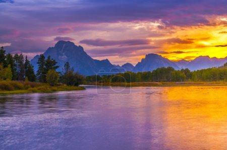 Photo pour Coucher de soleil incroyable sur Grand Tetons pris de la participation Oxbow Bend - image libre de droit