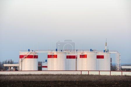 Photo pour Réservoirs de stockage de pétrole en vrac ou réservoirs d'essence - image libre de droit