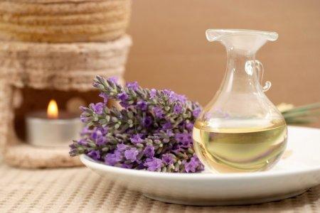 Photo pour Huile d'aromathérapie lavande - image libre de droit