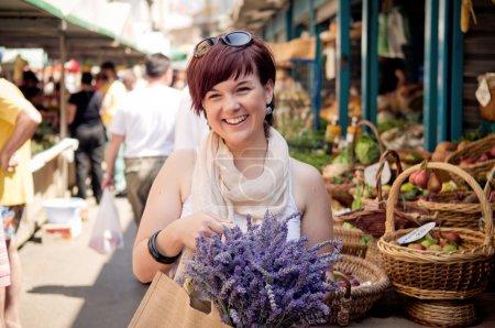 Photo pour Heureux jeunes femmes sur le marché d'agriculteurs - image libre de droit