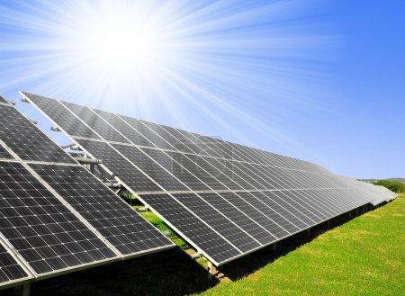 Foto de Paneles solares con cielo azul - Imagen libre de derechos