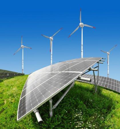 Foto de Paneles de energía solar y aerogenerador en cielo azul - Imagen libre de derechos