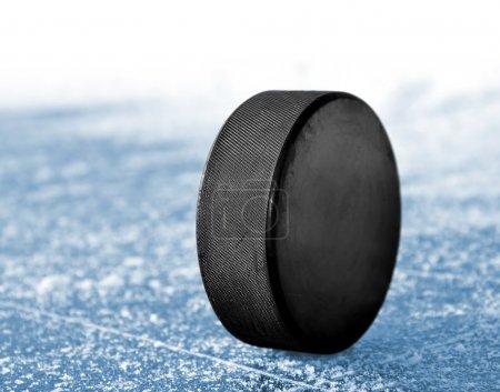 Photo pour Rondelle de hockey noire sur la patinoire - image libre de droit