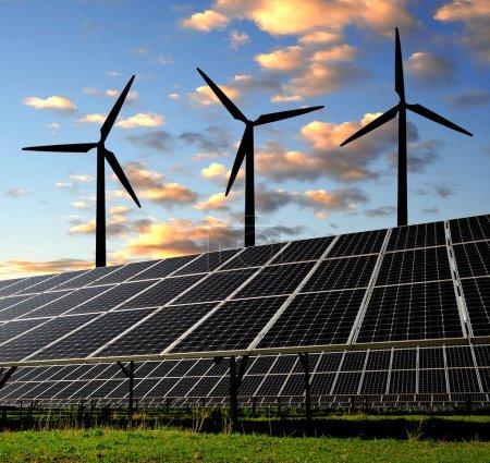 Foto de Paneles solares y turbina eólica al atardecer - Imagen libre de derechos