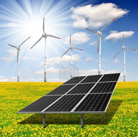 Foto de Paneles de energía solar y de la turbina de viento en campo del diente de León - Imagen libre de derechos