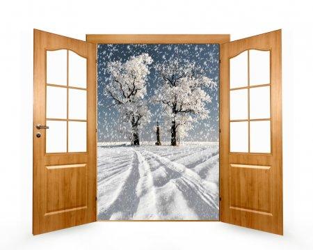 Photo pour Ouvrez la porte au paysage hivernal isolé sur blanc - image libre de droit