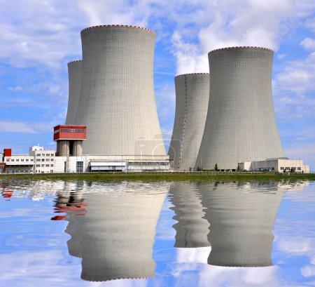 Foto de Reflejo de la planta de energía nuclear en el nivel del agua - Imagen libre de derechos
