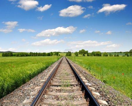 Photo pour Chemin de fer au printemps paysage - image libre de droit