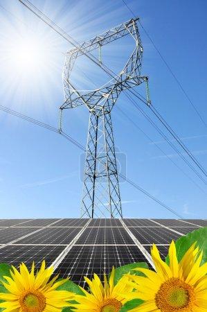 Foto de Paneles de energía solar con línea eléctrica - Imagen libre de derechos