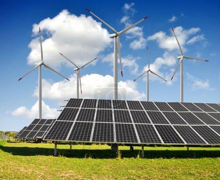 Photo pour Panneaux solaires et éoliennes - image libre de droit