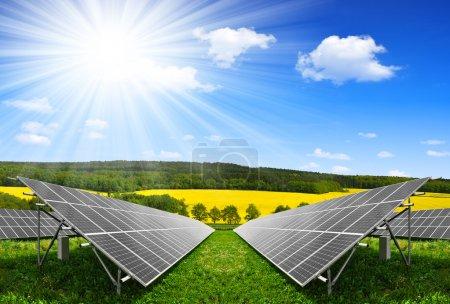 Foto de Paneles de energía solar contra el cielo azul con nubes - Imagen libre de derechos