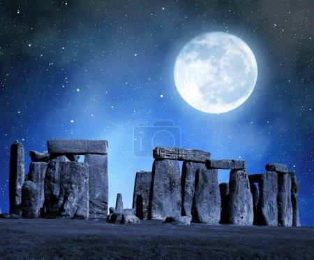 Foto de Histórico monumento stonehenge en la noche, Inglaterra, Reino Unido - Imagen libre de derechos