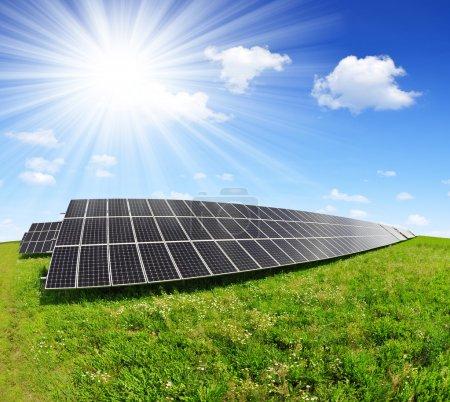 Foto de Paneles de energía solar con cielo soleado - Imagen libre de derechos
