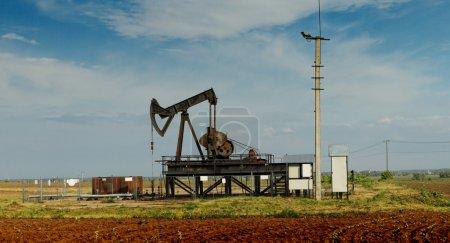 Photo pour Exploitation d'un puits de pétrole et de gaz dans la prairie - image libre de droit