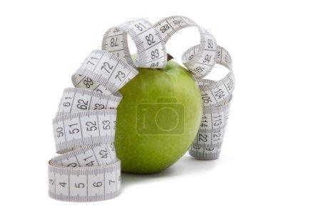 Photo pour Pomme verte avec ruban à mesurer isolé sur blanc - image libre de droit