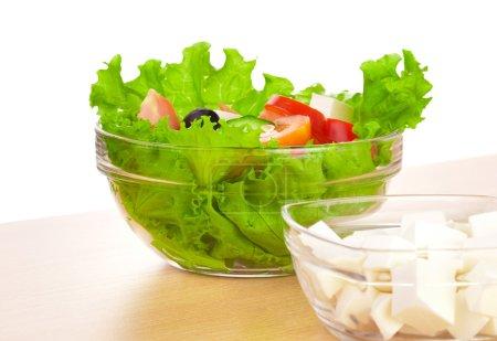 Photo pour Photo des assiettes avec salade grecque et feta sur la table - image libre de droit