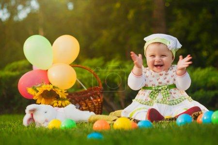 Foto de Lindo bebé está jugando en el parque - Imagen libre de derechos