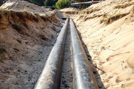 Photo pour Une construction de canalisation inachevée avec du sable autour - image libre de droit