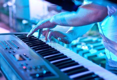 Photo pour Homme jouant du clavier du synthétiseur - image libre de droit