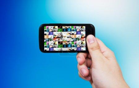 Photo pour Téléphone intelligent avec Galerie multimédia. Internet et tv en streaming de composition - image libre de droit