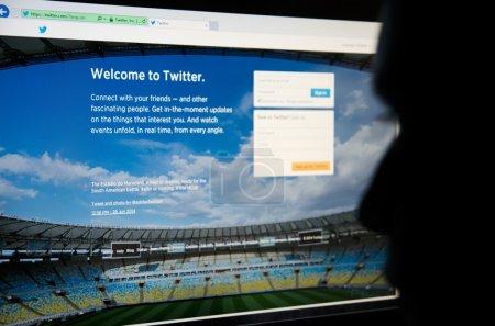 Photo pour Visage regardant twitter - social site de microblogging et de réseautage - image libre de droit