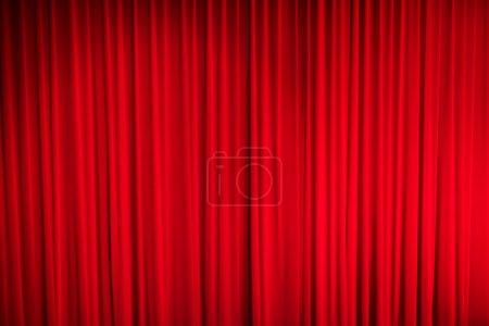 Foto de Cortina roja cerrada con puntos de luz en un teatro - Imagen libre de derechos