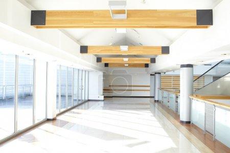 Photo pour Couloir en immeuble de bureaux et grandes fenêtres, en passant la lumière du jour - image libre de droit