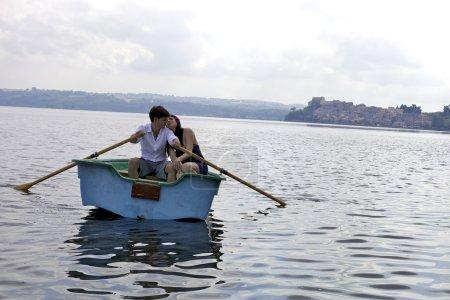 Foto de Hombre guapo Remo mientras esposa enamorada relajarse - Imagen libre de derechos