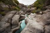 Kis patak folyik, kövek között