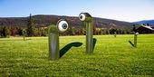 Periskopy na zelené trávě