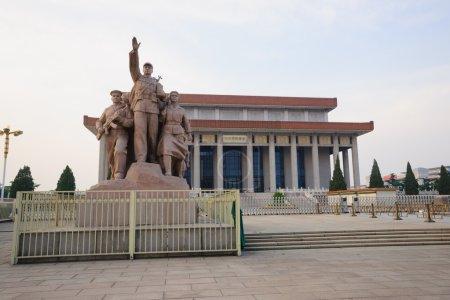 Foto de Pekín, china - 28 de mayo de 2012: la escultura frente a presidente mao memorial hall.mao zedong (26 de diciembre de 1893 09 de septiembre de 1976) fue un líder político muy famoso en china, lideró el chino para terminar la guerra civil China y fundó la - Imagen libre de derechos
