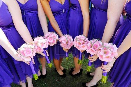 Foto de Las damas de honor rosa flores de boda - Imagen libre de derechos