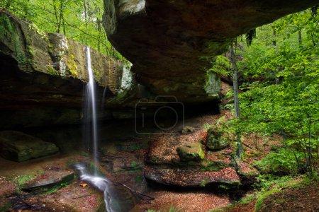 Photo pour Le Rockbridge est une formation géologique située dans le comté de Hocking, en Ohio. Une petite cascade plonge entre la colline et le pont naturel, s'étendant sur près de 100 pieds à travers un ravin . - image libre de droit