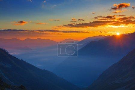 Photo pour Lever du soleil montagne - image libre de droit